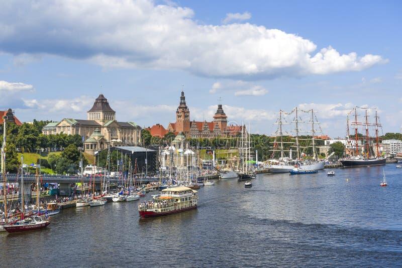 Szczecin, Polonia, el 7 de agosto de 2017: Panorama del muelle en Szczeci fotografía de archivo
