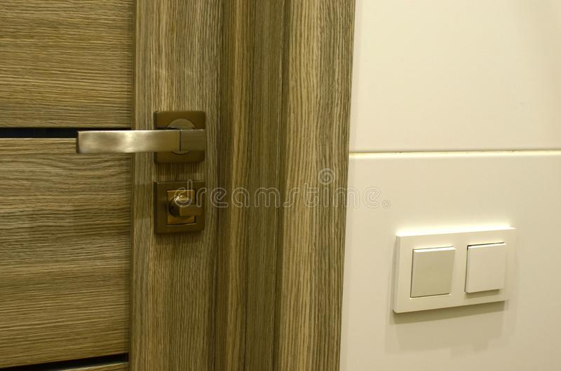Szczegół metal rękojeść na drewnianym drzwi w mieszkaniu lub domu Część chrom rękojeść na nowożytnym wewnętrznym drzwi zdjęcia royalty free