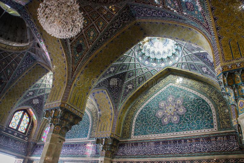 Szczegóły dekoracje wspaniała Irańska Perska Meczetowa Fatima Masumeh świątynia w błękicie zdjęcie royalty free