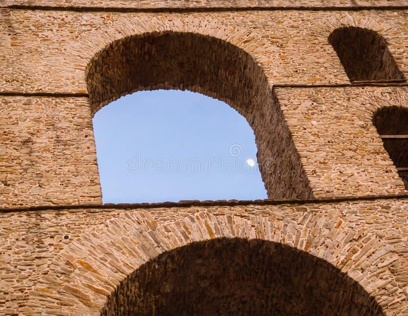 Szczegół łuki i brickwork oszałamiająco architektura - Antyczny Romański akwedukt w Grecja fotografia royalty free