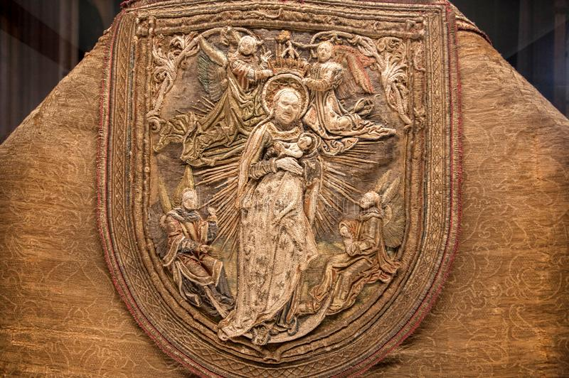 Szczegół Świętej biblii motyw haftował salopę ksiądz wśrodku xvi wiek Sevilla katedry zdjęcia stock