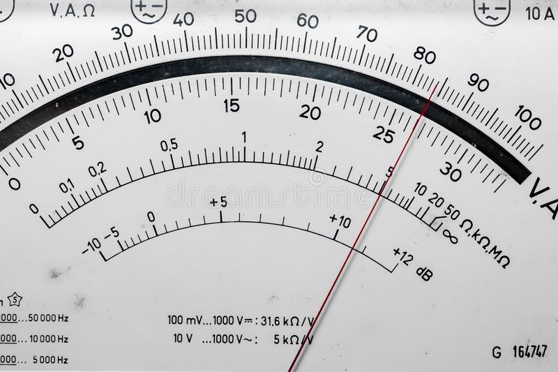 Szczegół analogowy voltmeter, pointer skala zdjęcie royalty free