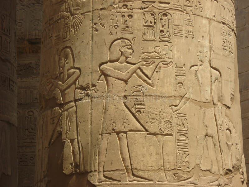 Szczegół antyczna kolumna Hipostyl Hall przy świątynią Karnak obrazy royalty free