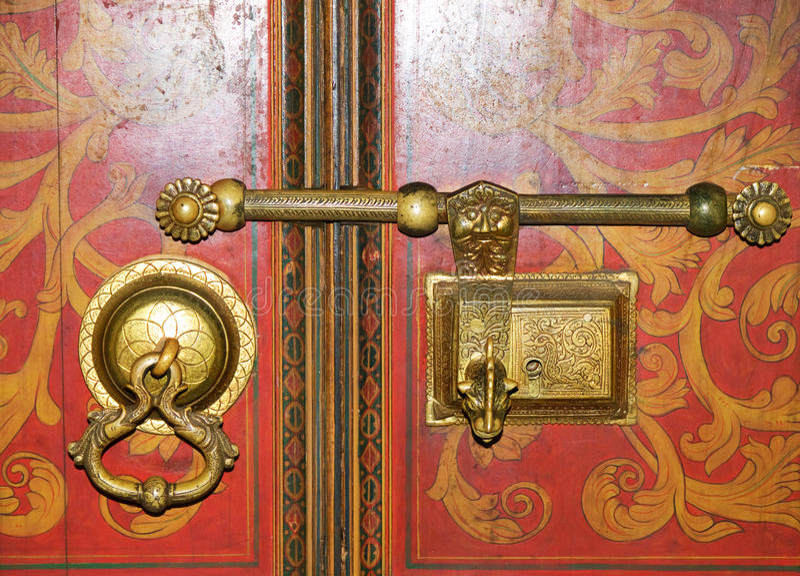 Szczegół antyczny złoty kędziorek i drzwiowy knocker obrazy stock