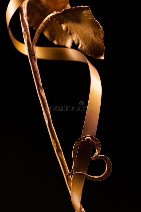 Szczegół badyl złoty róży zakończenie up, z sercem i taśmą obraz royalty free