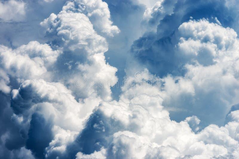 Szczegół biel chmurnieje w niebie - cumulonimbus obrazy royalty free