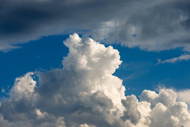 Szczegół biel chmurnieje w niebieskim niebie - cumulonimbus zdjęcie stock