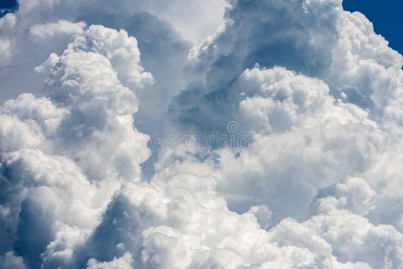Szczegół biel chmurnieje w niebieskim niebie - cumulonimbus fotografia stock