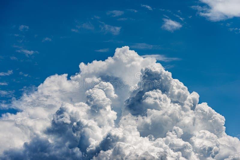 Szczegół biel chmurnieje w niebieskim niebie - cumulonimbus zdjęcie royalty free