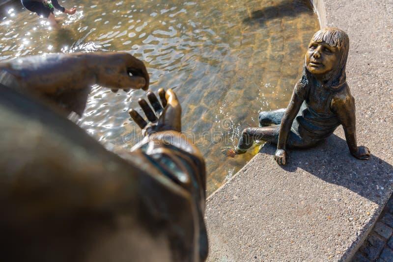 Szczegół brązowe rzeźby fontanna cyrkulacja pieniądze w Aachen, Niemcy obraz stock