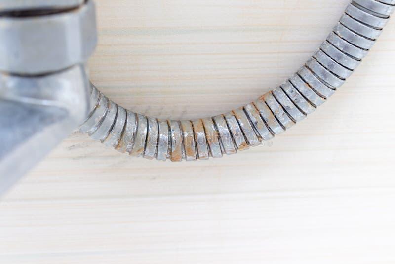 Szczegół brudny wapniejący prysznic melanżeru klepnięcie, prysznic wąż elastyczny, faucet z limescale i wapno skala na nim, zakoń obrazy stock