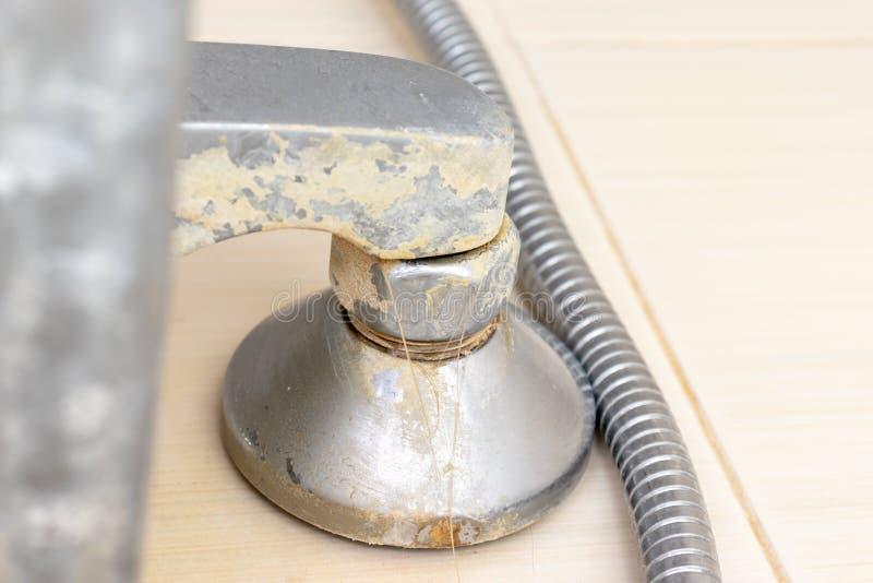 Szczegół brudny wapniejący prysznic melanżeru klepnięcie, prysznic wąż elastyczny, faucet z limescale i wapno skala na nim, zakoń zdjęcia stock