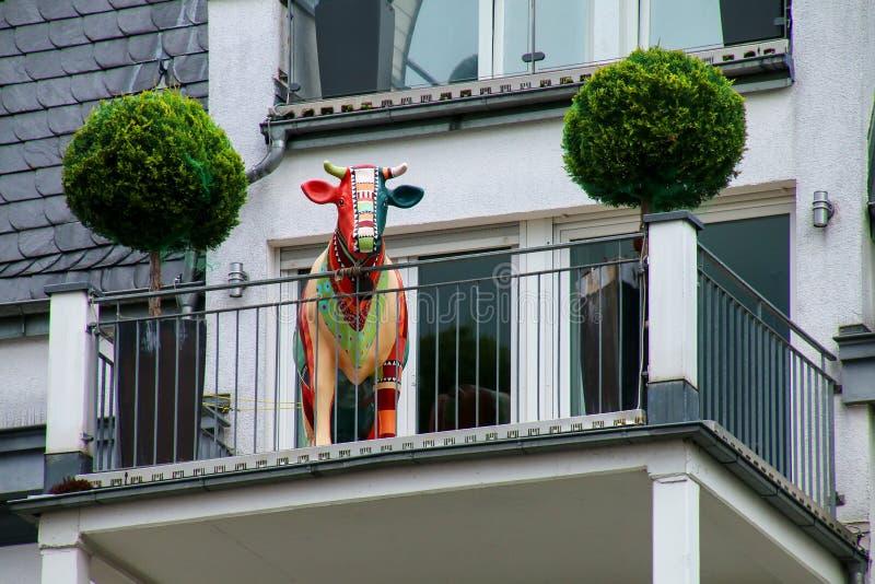 Szczegół budynek mieszkalny z krowy statuą na balkonie, zdjęcia stock