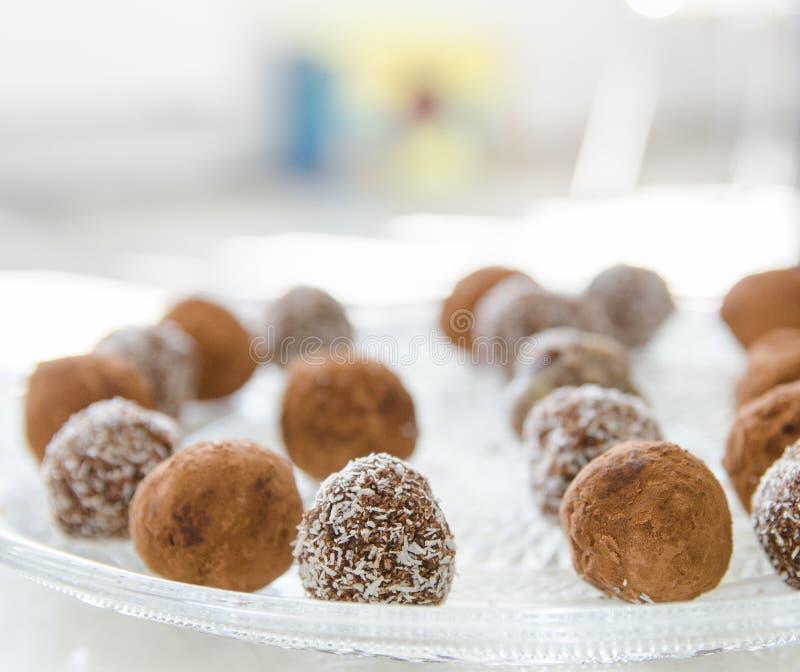Szczegół czekoladowi i kokosowi SUROWI koraliki Słodki cukierek na talerzu zdjęcia royalty free