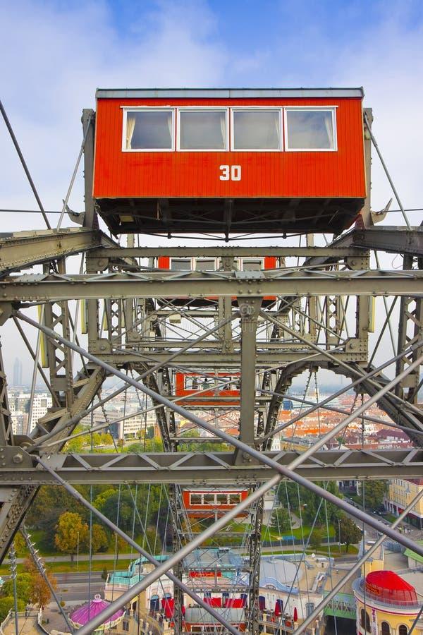 Szczegół czerwona kabina Ferris Toczy wewnątrz Wien przeciw niebieskiemu niebu Austria, Europa - fotografia stock
