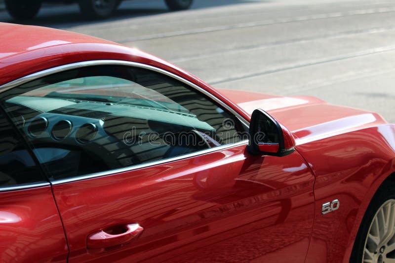 Szczegół czerwony luksusowy samochód na drodze zdjęcie royalty free