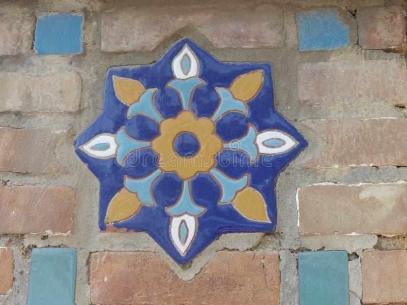 Szczegół dekorujący ceramiczny kwiat ściana z cegieł religijny budynek w Uzbekistan fotografia stock