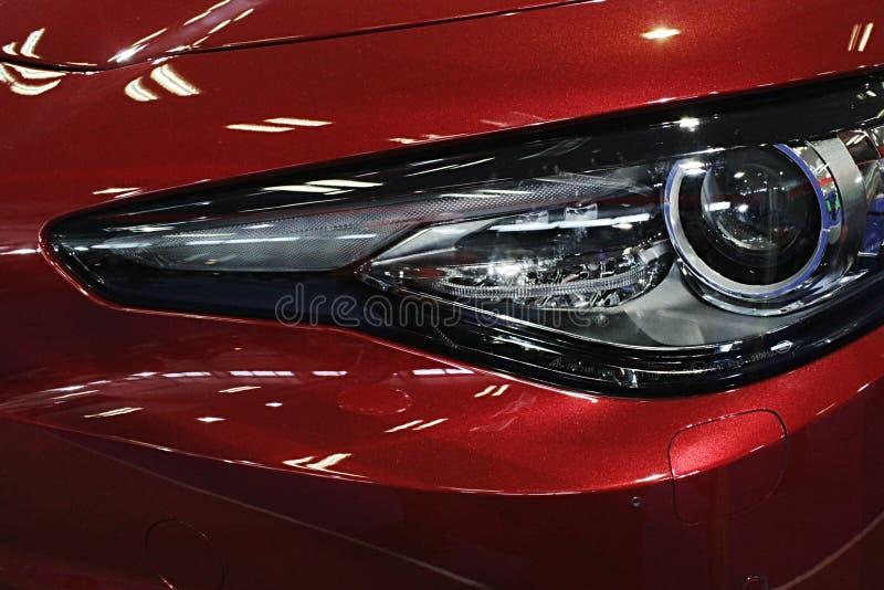 Szczegół DOWODZONY reflektor na nowożytnym włoskim sportowym samochodzie zdjęcia stock