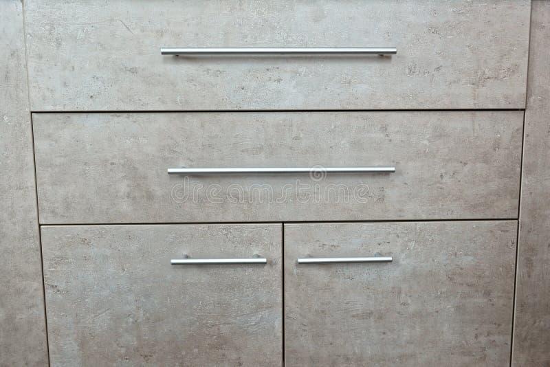 Szczegół drewniana popielata klatka piersiowa kreślarzi i drzwi w pokoju zdjęcia royalty free