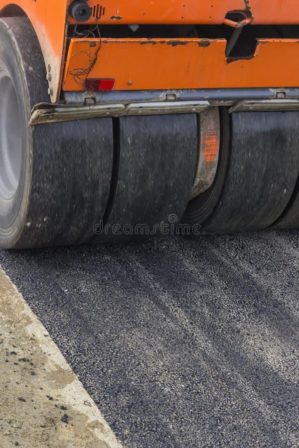 Szczegół drogowy rolownik podczas asfaltowych łatanie prac 4 obraz royalty free