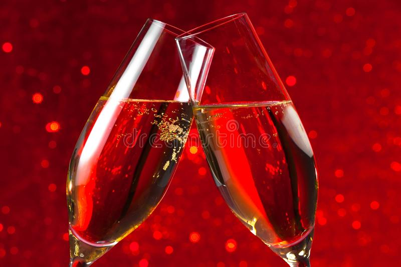 Szczegół dwa szampańskiego fleta na czerwonego światła bokeh tle zdjęcia stock