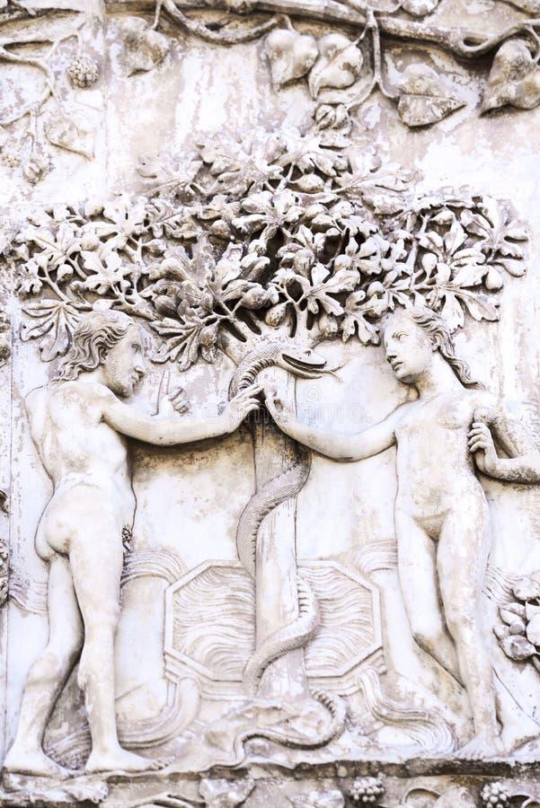 Szczegół fasada Duomo Orvieto, Włochy Marmurowy bas- zdjęcia stock
