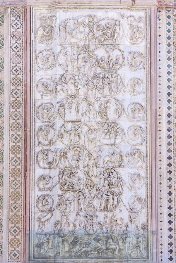 Szczegół fasada Duomo Orvieto, Włochy Marmurowy bas- obraz stock