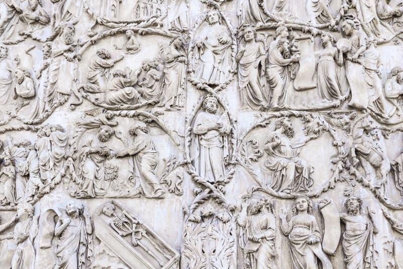 Szczegół fasada Duomo Orvieto, Włochy Marmurowy bas- zdjęcie royalty free