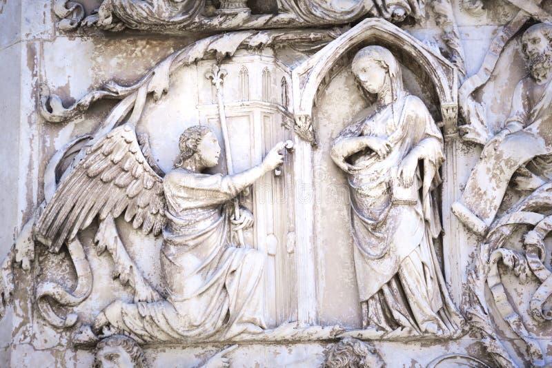 Szczegół fasada Duomo Orvieto, Włochy Marmurowy bas- obrazy royalty free