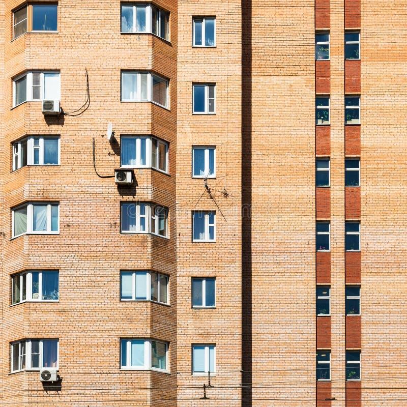 szczegół fasada miastowy ceglany budynek mieszkaniowy zdjęcia royalty free
