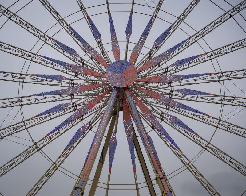 Szczegół Ferris koło iluminujący czerwonych i błękita światłami fotografia royalty free