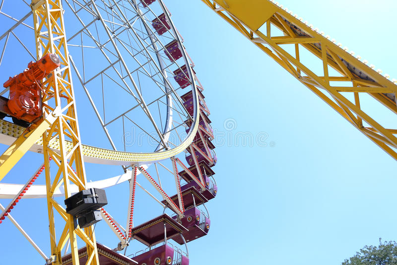 Szczegół fotografia ferris toczy wewnątrz parka rozrywki przeciw niebu fotografia stock