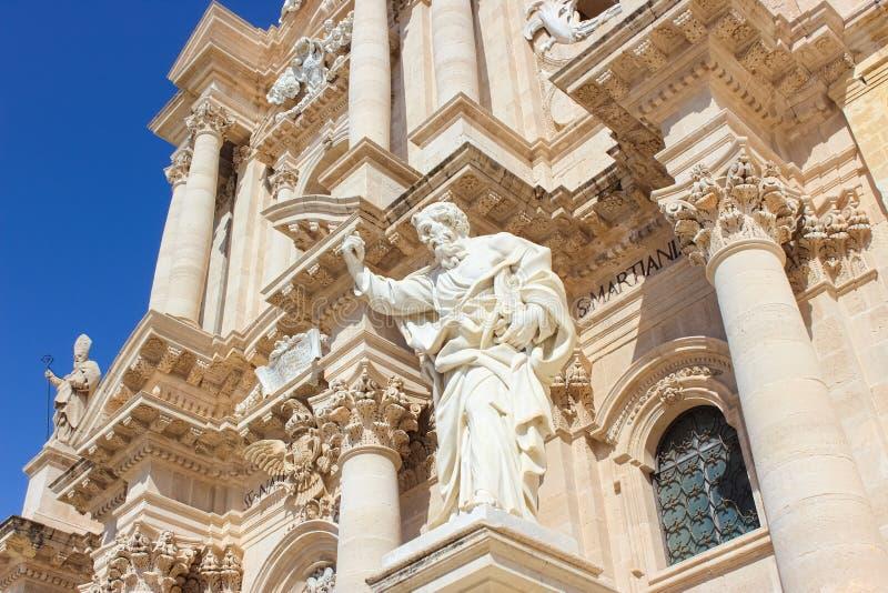 Szczegół frontowa fasada imponująco Syracuse katedra na Piazza Duomo kwadracie w Syracuse, Sicily, Włochy Statuy z obraz royalty free