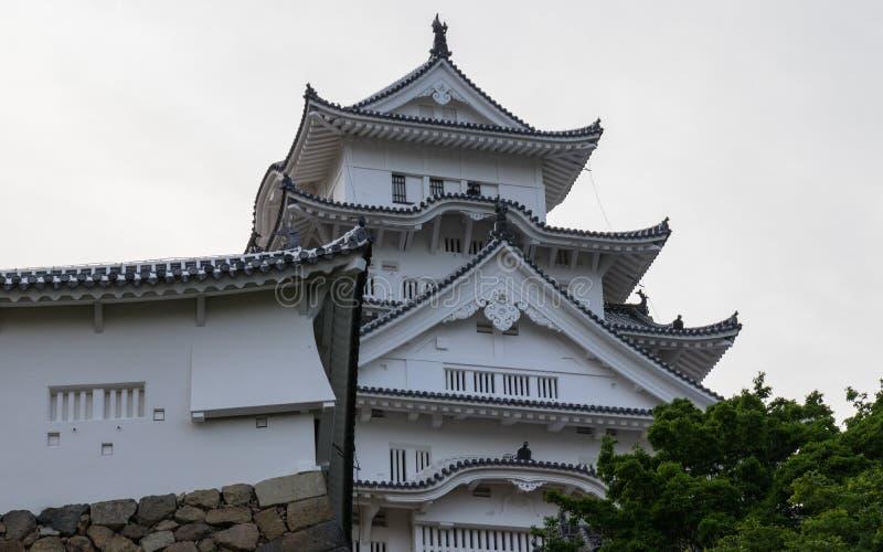 Szczegół Himeji kasztelu dach, wierza i ściany na jasnym, słoneczny dzień Himeji, Hyogo, Japonia, Azja obraz stock