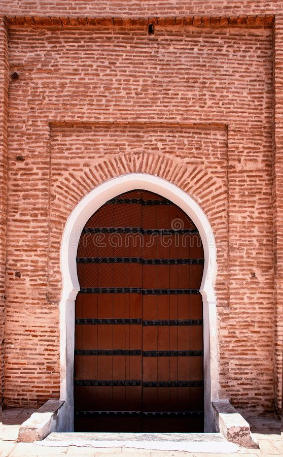 Szczegół Islamski meczet Ja jest starym architektonicznym budynkiem po środku Marokańskiego miasta Tam są czerwoni cegły obrazy stock