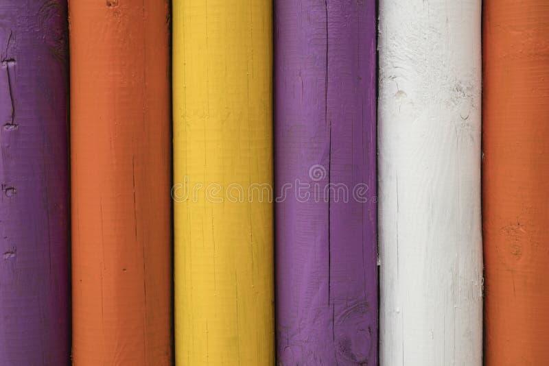 Szczegół kolorowi drewniani słupy zdjęcie stock