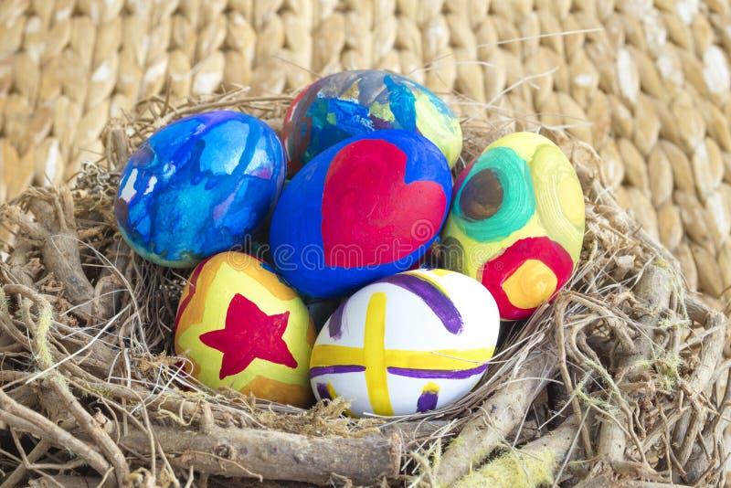 Szczegół kolorowi malujący Wielkanocni jajka umieszczający w drewnianym gniazdeczku zdjęcie stock