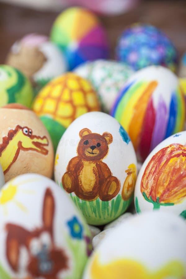 Szczegół kolorowi malujący Wielkanocni jajka z różnymi formami i zdjęcia stock