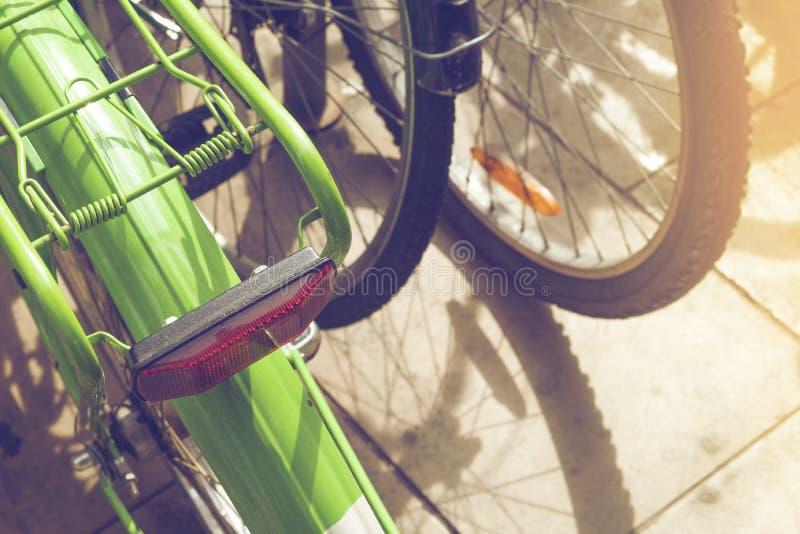 Szczegół kolorowi roczników bicykle parkujący na rzędzie w Urodzonym, bar fotografia stock