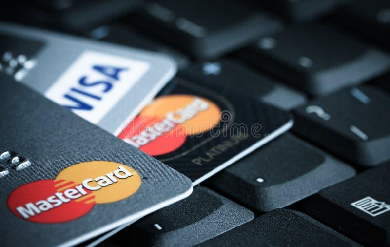 Szczegół kredytowe karty na górze laptop klawiaturowej makro- fotografii obrazy stock
