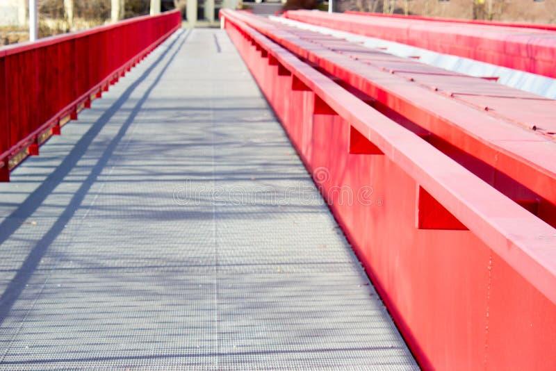 Szczegół kruszcowy czerwień most nad koleją obraz stock