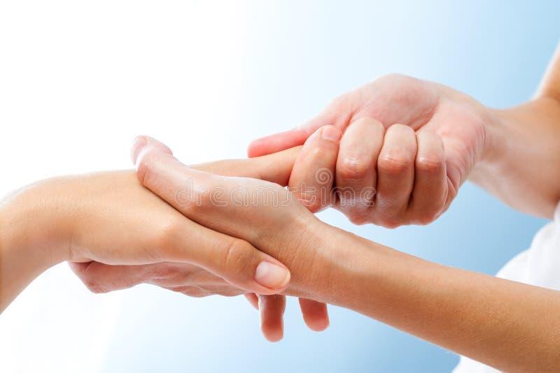 Szczegół kuracyjny ręka masaż zdjęcie royalty free