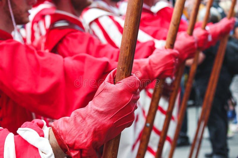 Szczegół mężczyzna ręki mienia dzida Tradycyjna parada na Szwajcarskim święcie państwowym Święto narodowe Szwajcaria, set na 1st  obrazy royalty free
