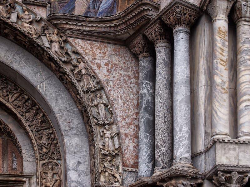 Szczegół marmurowe kolumny na świątobliwych ocenach katedralnych i drzwi w Venice zdjęcie royalty free