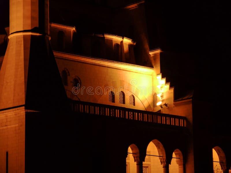 Szczegół meczet przy nocą Adana Środkowy Meczetowy Sabancı Merkez Camii obrazy stock