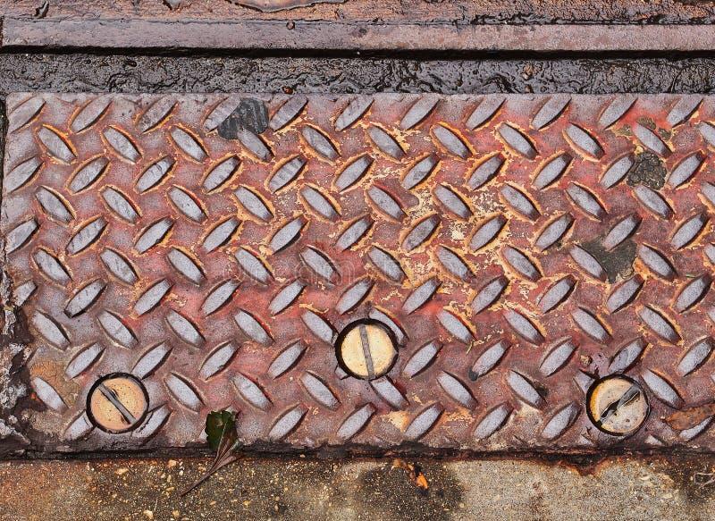 Szczegół metalu talerz Z stali nierdzewnych śrubami na drodze zdjęcie stock
