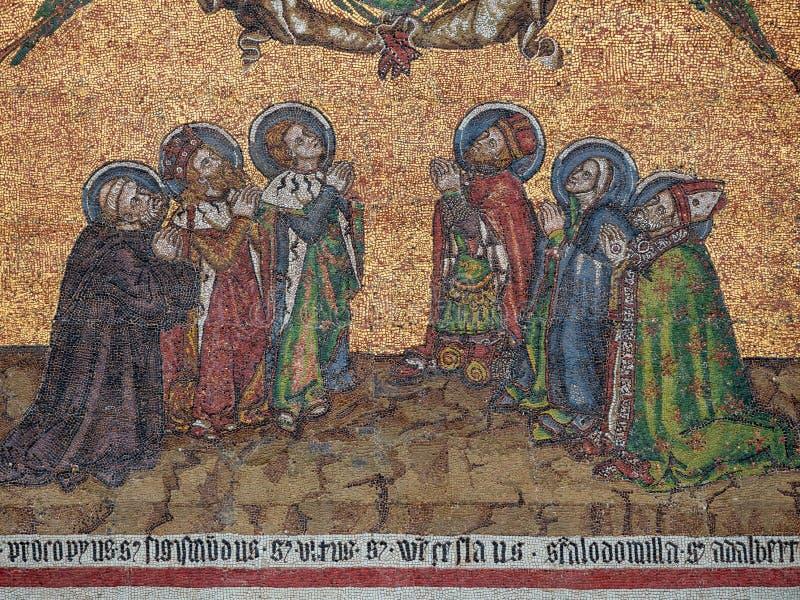 Szczegół mozaika na golden gate Świątobliwa Vitus katedra w Praga, republika czech Sześć Czeskich patronów - fotografia stock