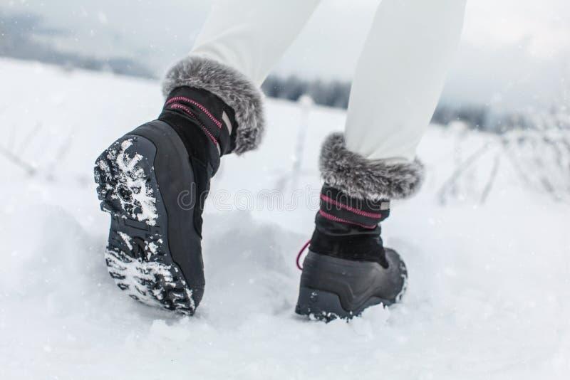 Szczegół na podeszwie czarni zima buty z purpurowymi szczegółami fotografia royalty free