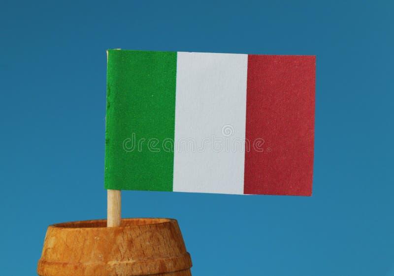 Szczegół na tricolor flaga państowowa Włochy na drewnianym kiju w drewnianej baryłce obraz royalty free