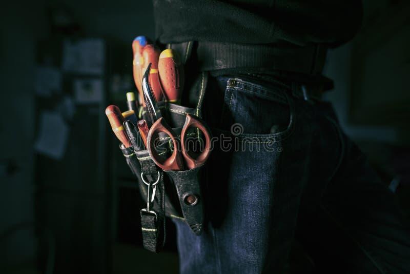 Szczegół narzędzie pasek elektryka pracownik przy pracą zdjęcia stock